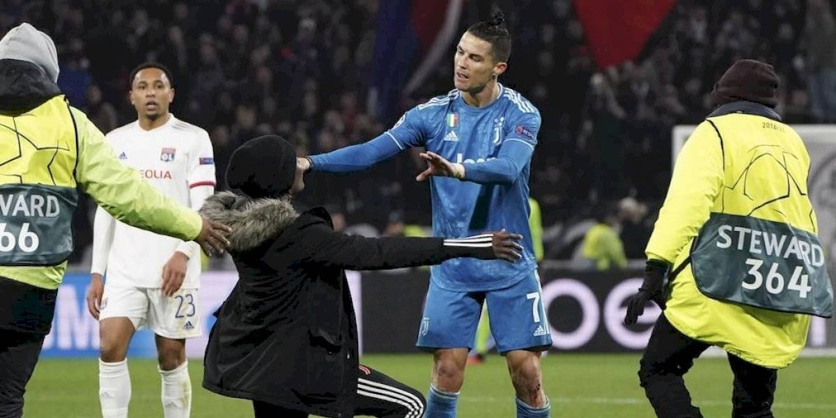 Cristiano Ronaldo se molesta y empuja a espontánea que se metió al campo