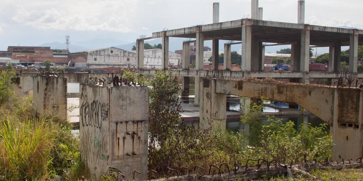 Encuentran cadáver en obra abandonada de centro comercial