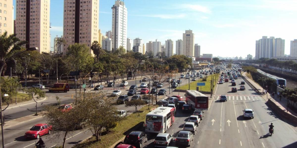 Motoristas precisam desviar de um buraco a cada 200 metros em faixas de ônibus da Radial Leste