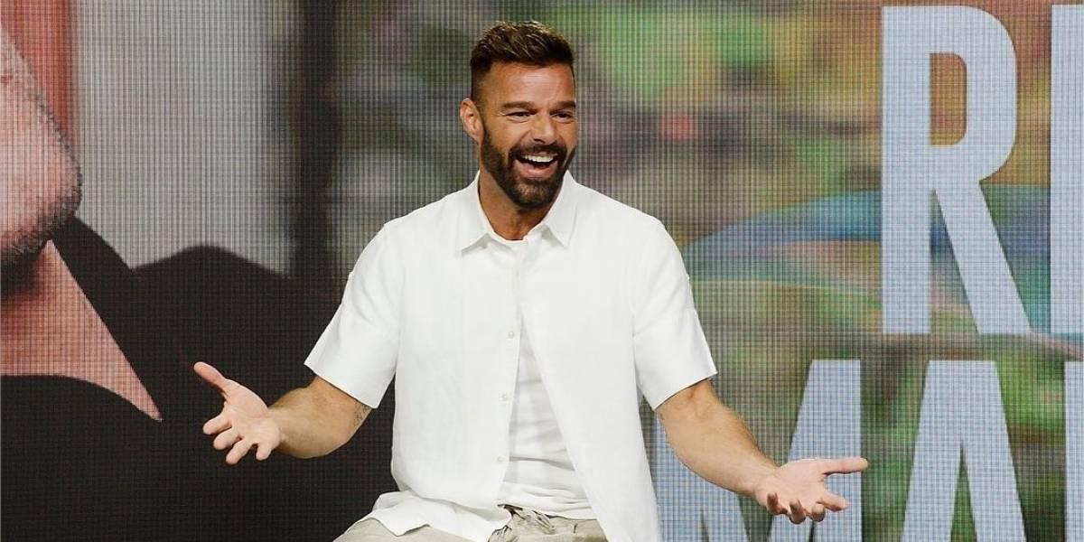 Ricky Martin sale a saludar fanáticos que llegaron hasta hotel en Argentina
