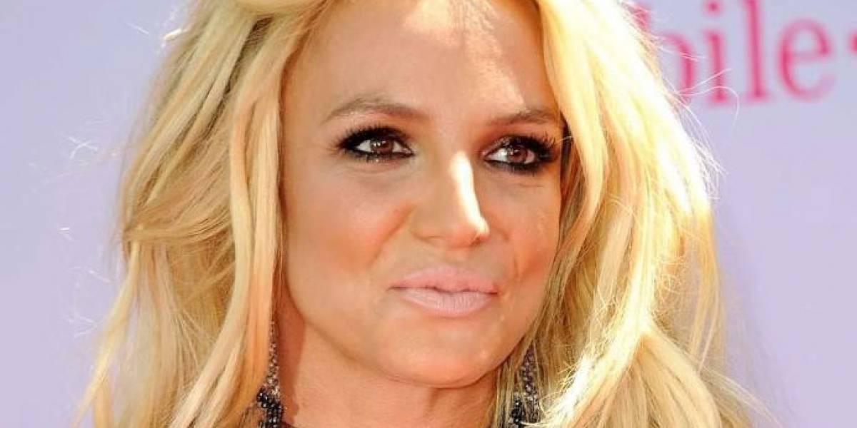 ¡Lo hizo otra vez! Britney Spears presume sus curvas en un diminuto bikini amarillo