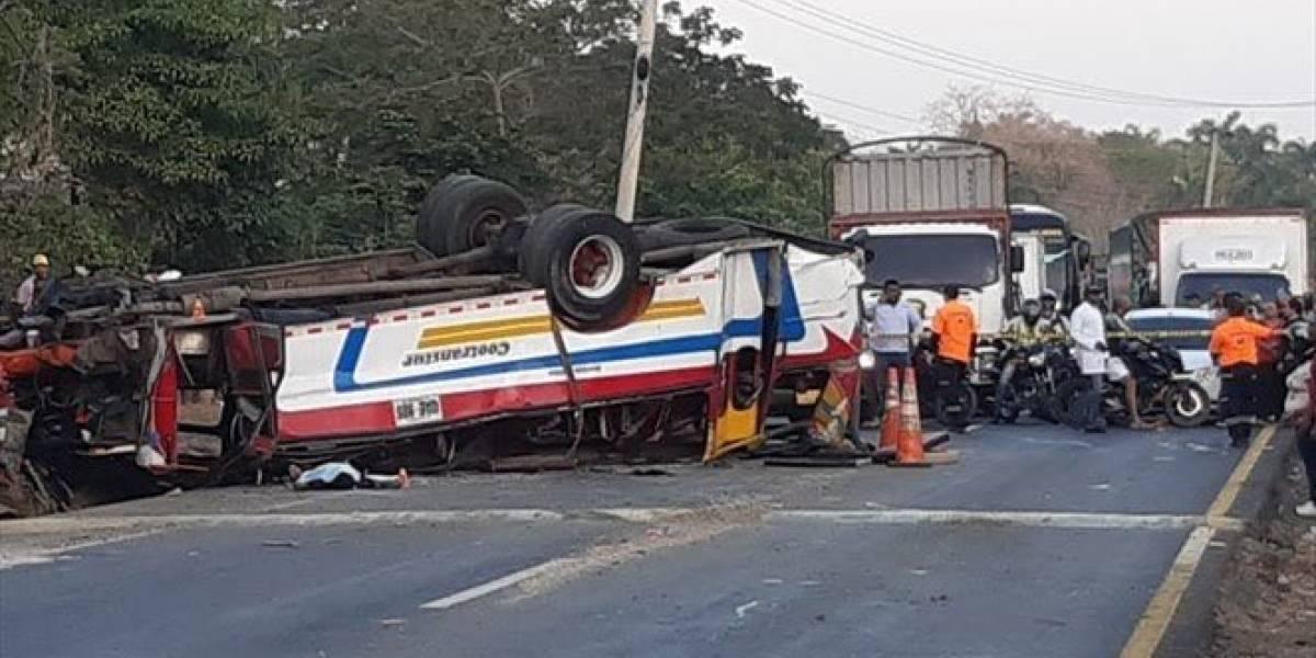 Un muerto y 17 heridos en grave accidente de bus que se dirigía a Cartagena