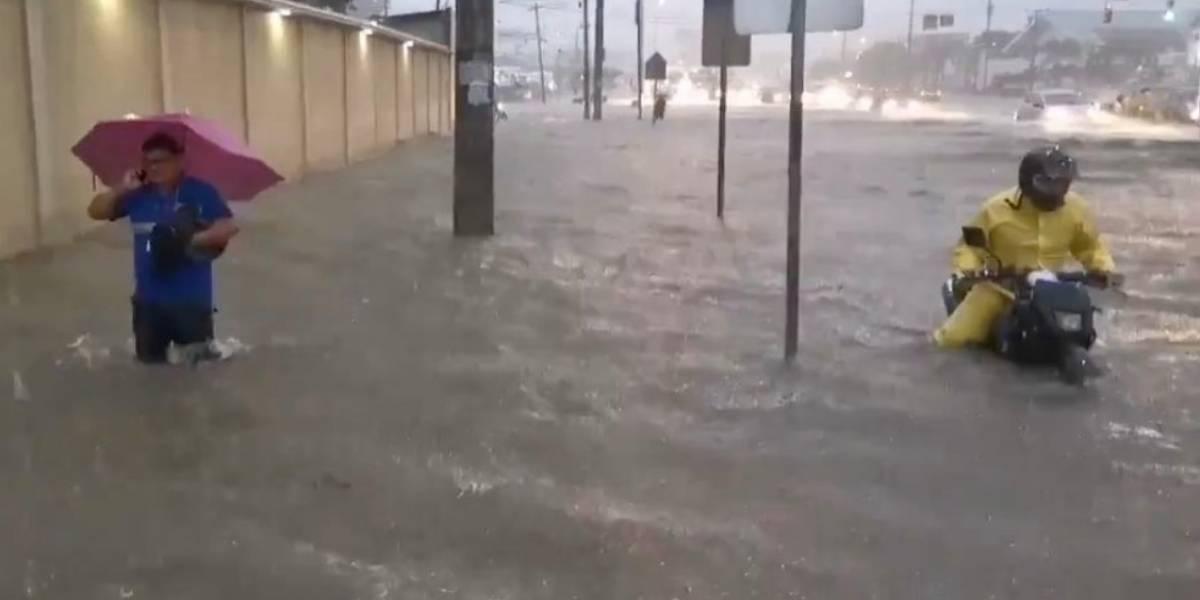 Guayaquil: sectores inundados y alerta de nueva tormenta eléctrica