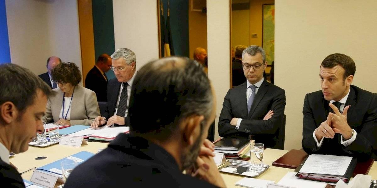 Francia prohíbe eventos cerrados con más de 5 mil personas por coronavirus