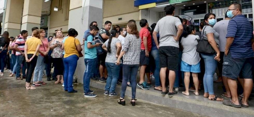 Filas en Guayaquil para mascarillas