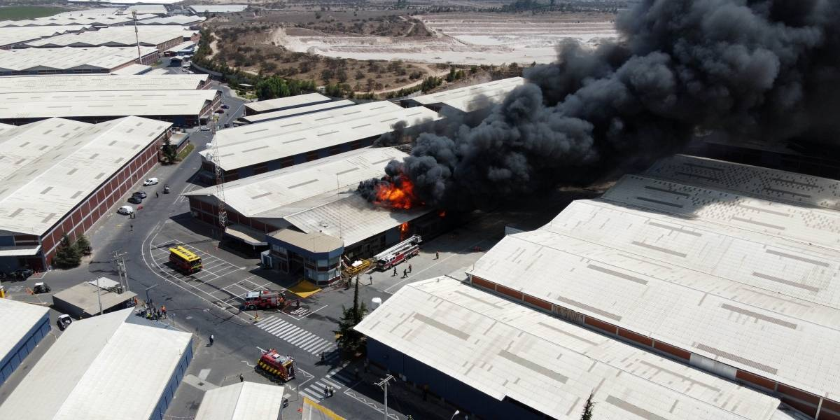 Explosión en bodegas de comuna de Pudahuel alerta a unidades de emergencia