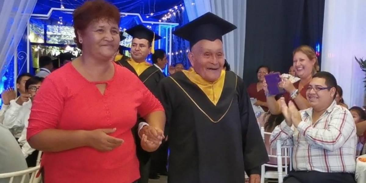 A los 89 Alejo Ruiz cumplió su sueño y se graduó de la universidad