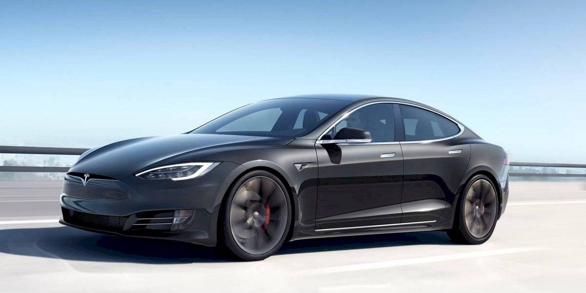 Con apenas un adhesivo se puede engañar la cámara del Tesla