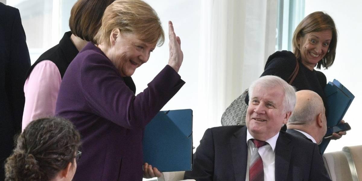 VIDEO. Ministro rechaza darle la mano a la canciller alemana por el coronavirus