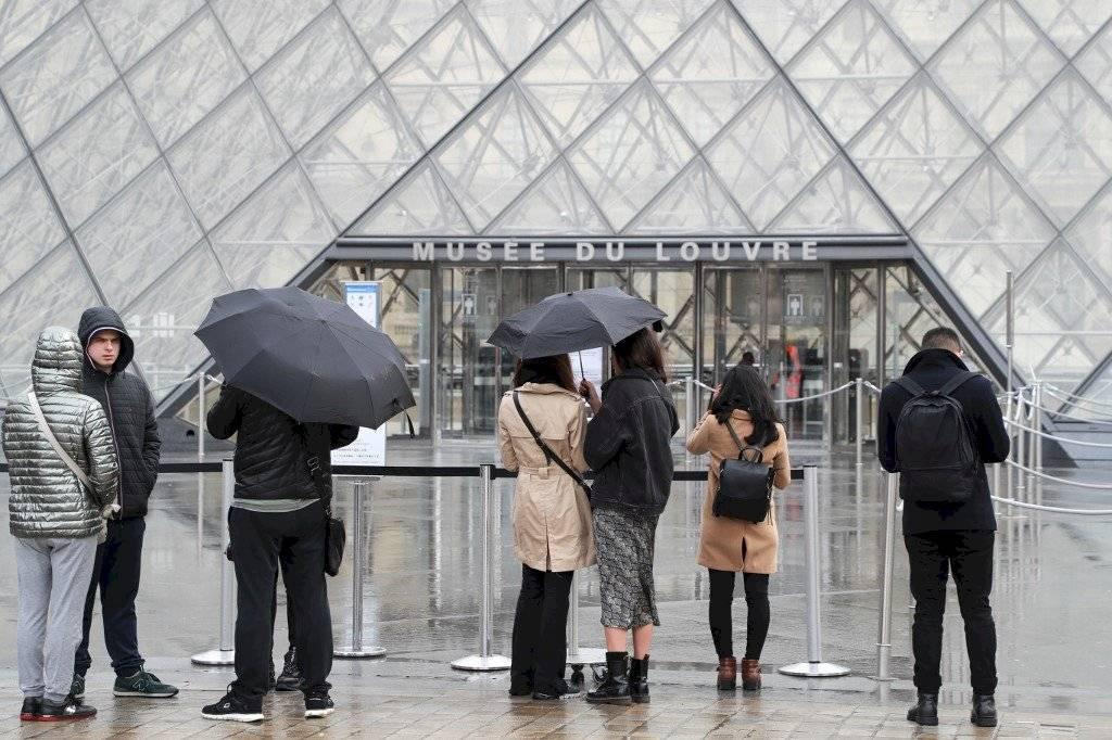 Cierran el museo Louvre, en Francia, por el coronavirus