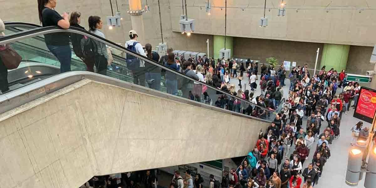Linha 15-Prata parada causa confusão no embarque da estação Vila Prudente