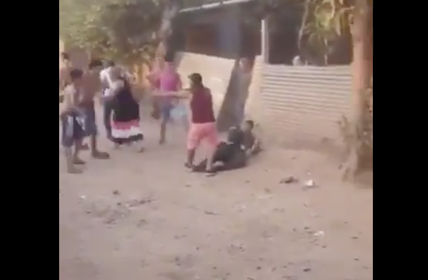 (Video) Vándalos atacaron a un policía con piedras hasta dejarlo inconsciente