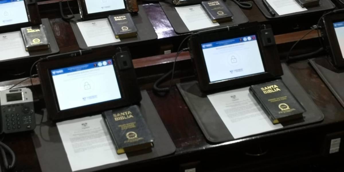 VIDEO. Diputados agradecen la Biblia con su nombre que les fue obsequiada en el pleno