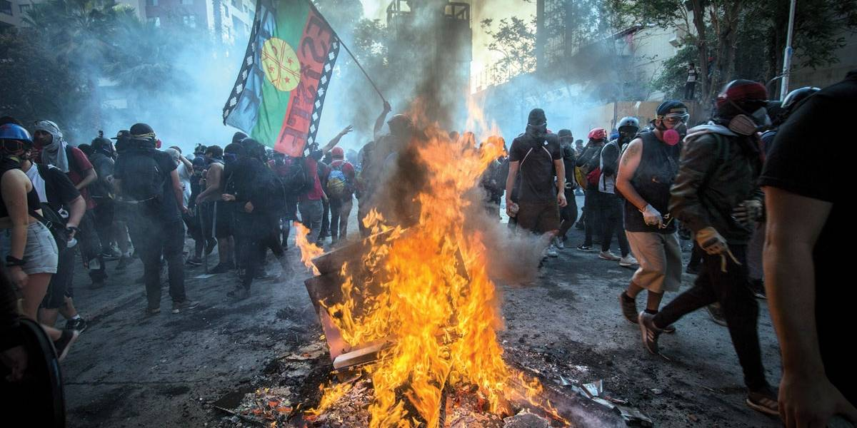 Chilenos voltam a protestar; quase 300 são detidos