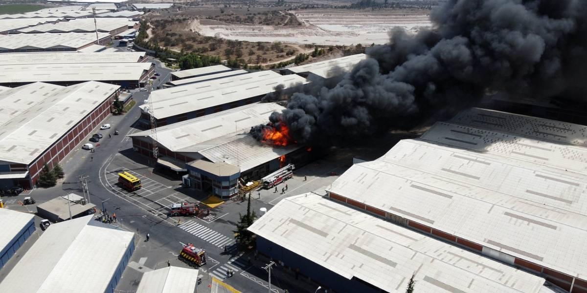 """Bomberos e incendio en bodega de explosivos en Pudahuel: """"No estaba autorizado el manejo, la producción, eso está claro"""""""