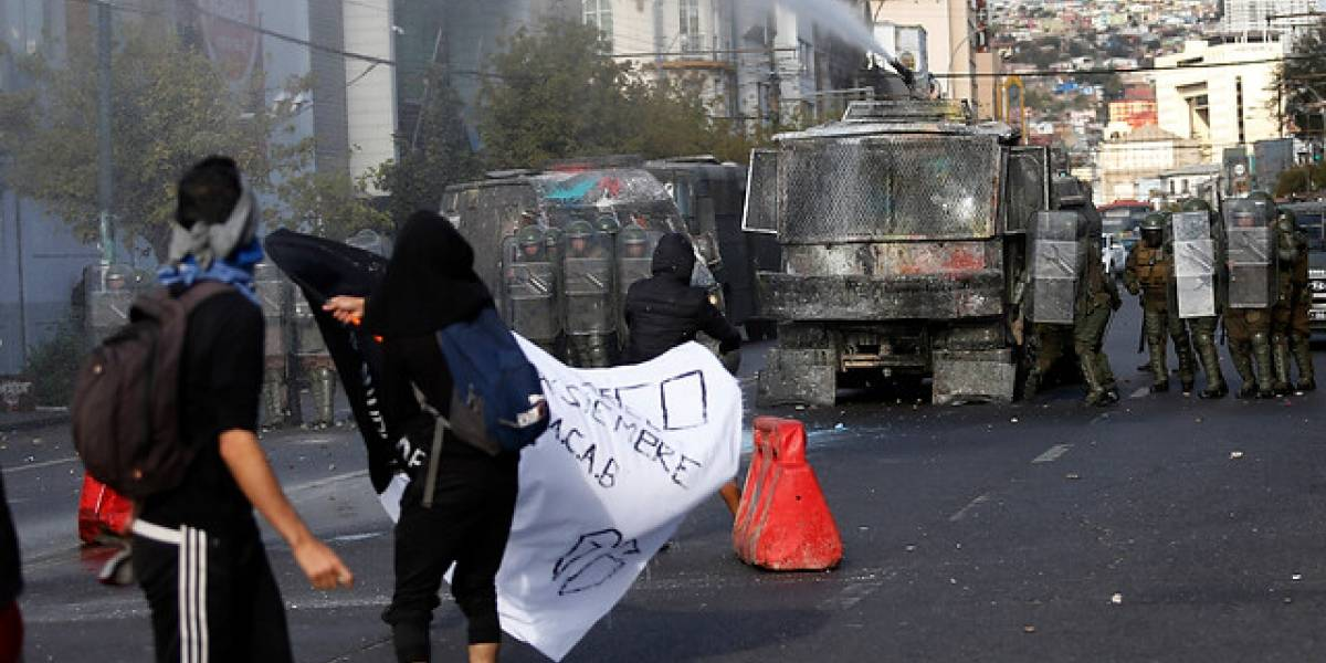 """Gobierno: Incidentes del """"Súper Lunes"""" dejaron 76 carabineros heridos y 283 detenidos"""