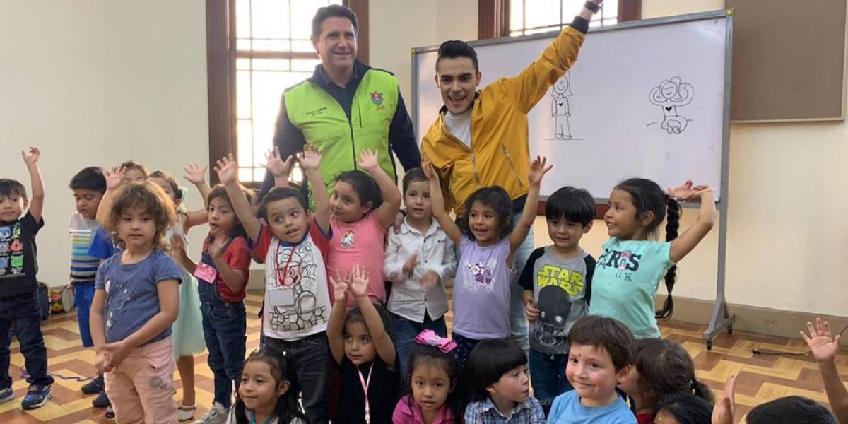 Ricardo Quiñónez recibe a Dennis Arana en la Escuela Municipal de Música