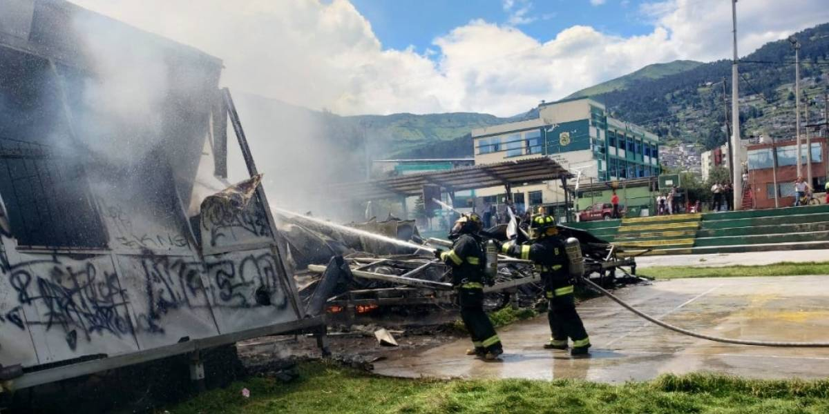 Quito: fotos y videos del incendio de un colegio al sur de la capital