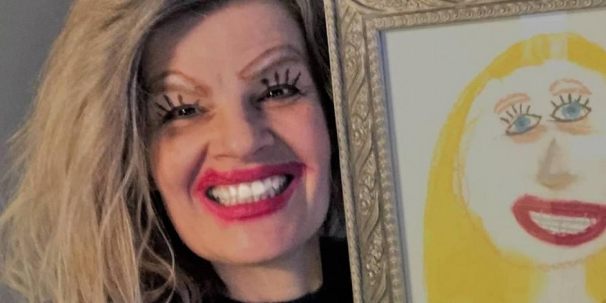Una mujer utiliza maquillaje para lucir como la dibujó su hija