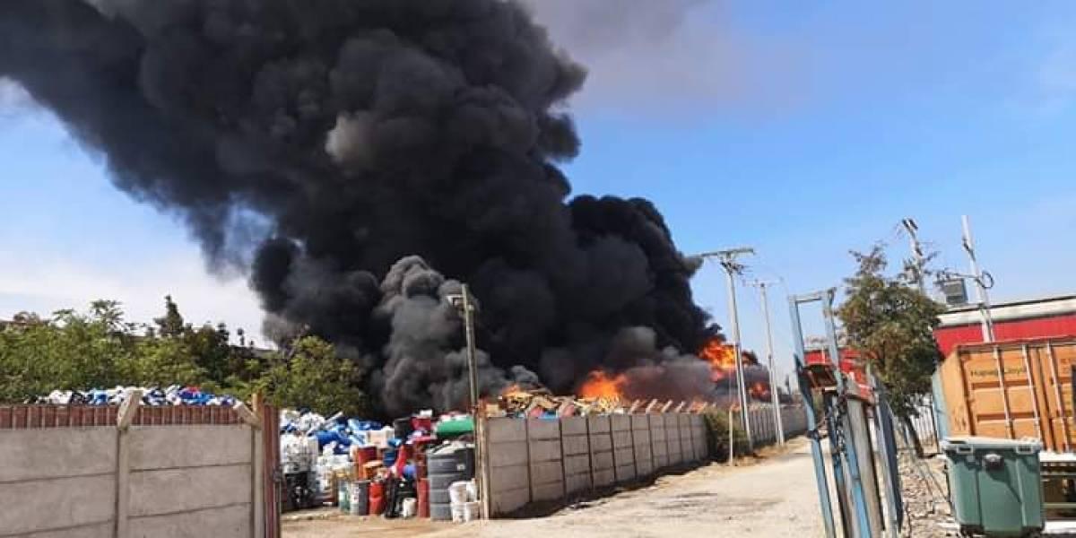 Gran incendio en Malloco moviliza a Bomberos y obliga a cortar el tránsito en Autopista del Sol