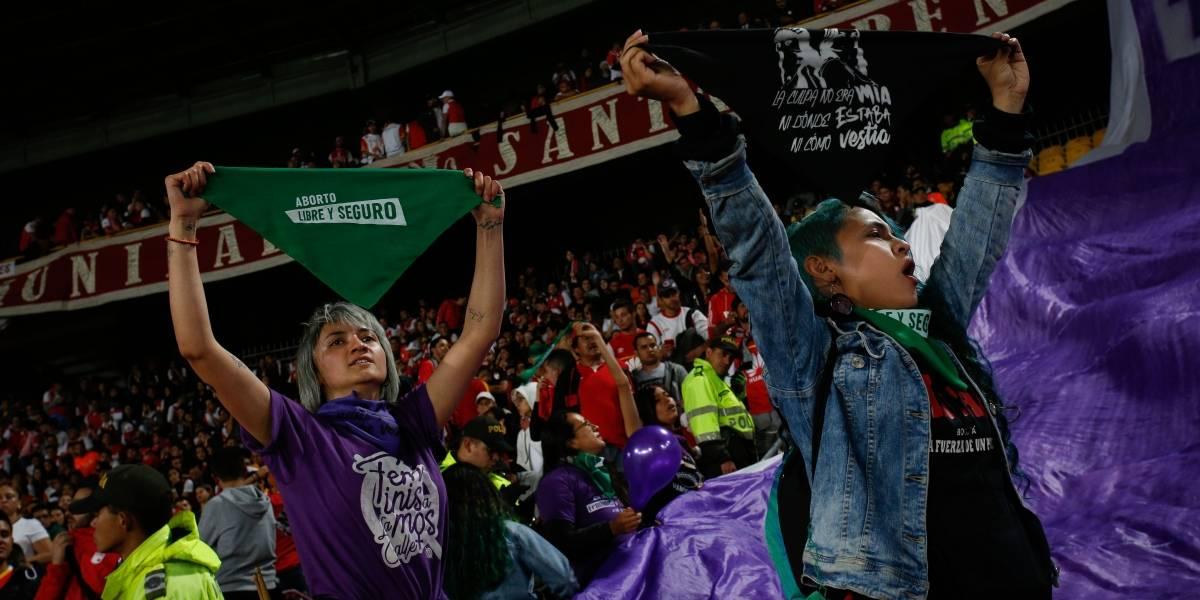 Los colectivos que sacaron una bandera feminista en pleno clásico de Bogotá