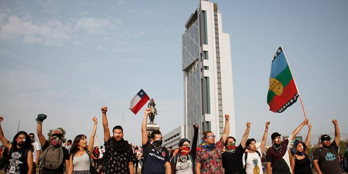 Manifestantes empezaron a reunirse en Plaza Baquedano a las 17 horas