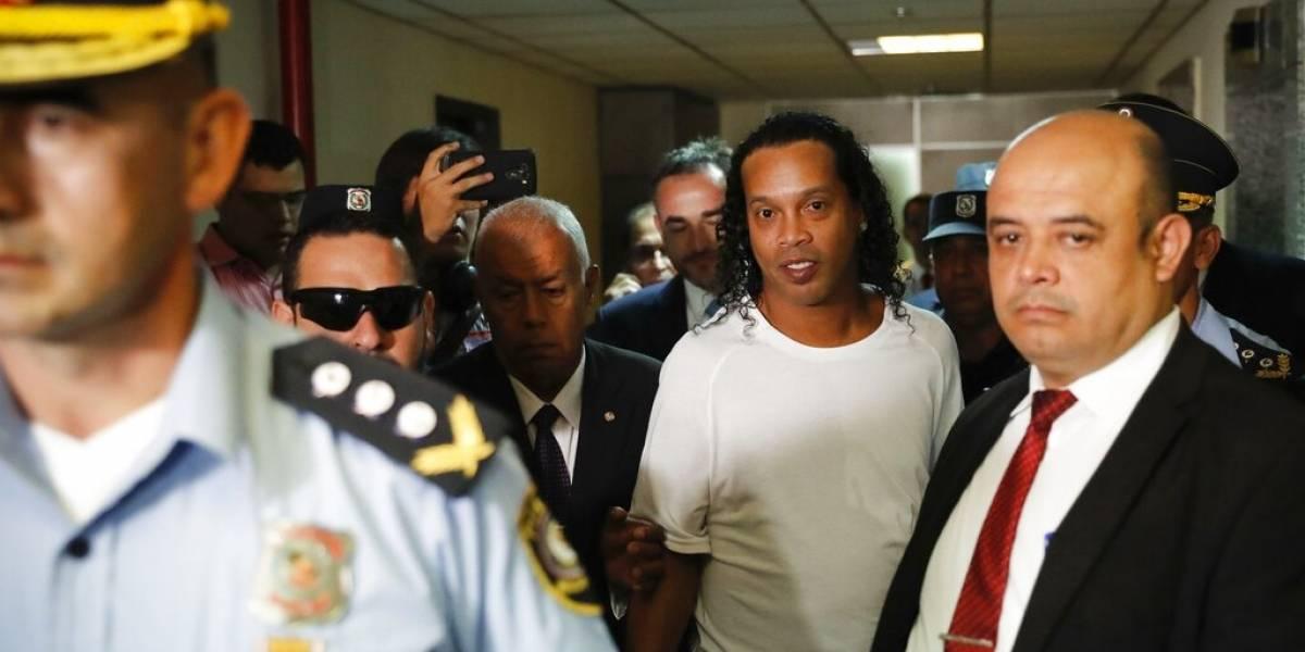 Ronaldinho comparece esposado en audiencia en Paraguay