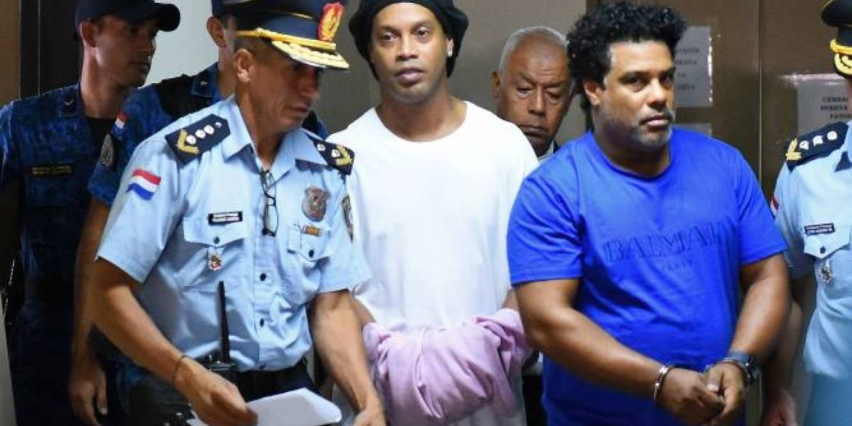 Ronaldinho pasó la noche en la cárcel de Paraguay por llevar pasaporte falso