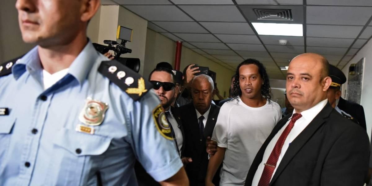 VIDEO. Ronaldinho pasa la noche en un cuartel de Policía de Asunción