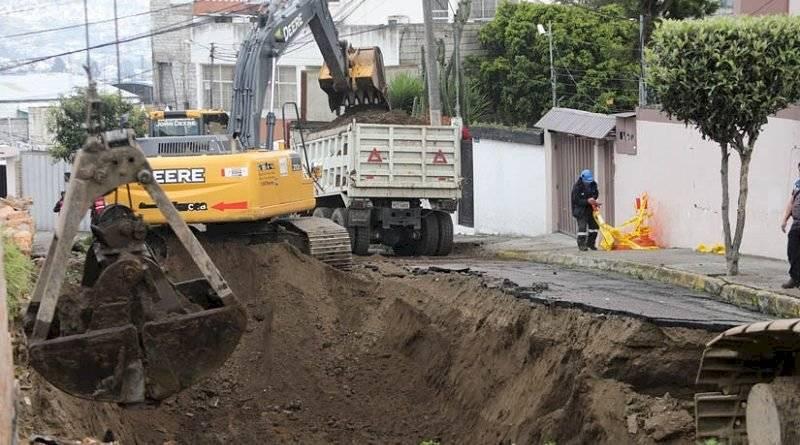 Un gran socavón se abrió en el barrio La Kennedy, norte de Quito Municipio de Quito