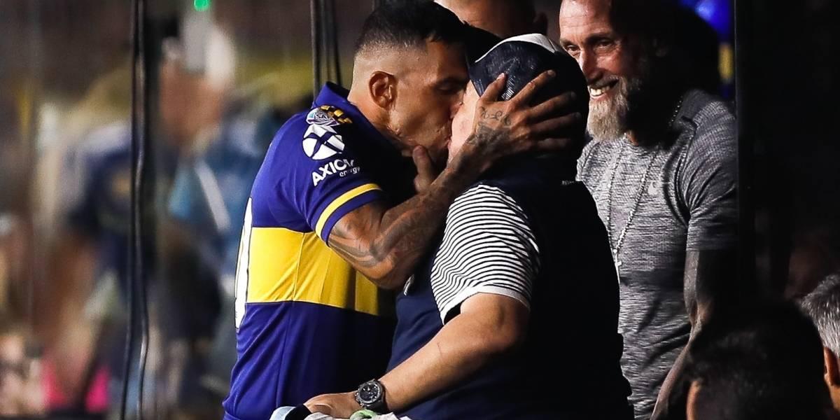 ¡OMG! Así fue el cariñoso beso en la boca que Carlos Tévez le dio a Maradona