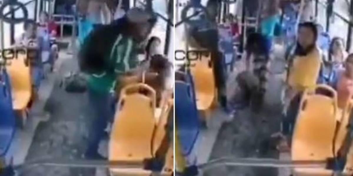 Cámara capta violento asalto en un bus