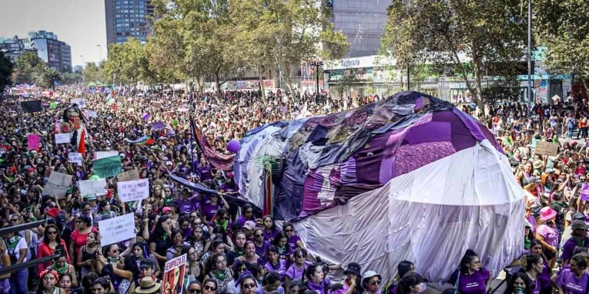 """""""La alerta extractivista es causa feminista"""": Greenpeace desplegó ballena gigante por el centro de Santiago en Marcha 8M"""