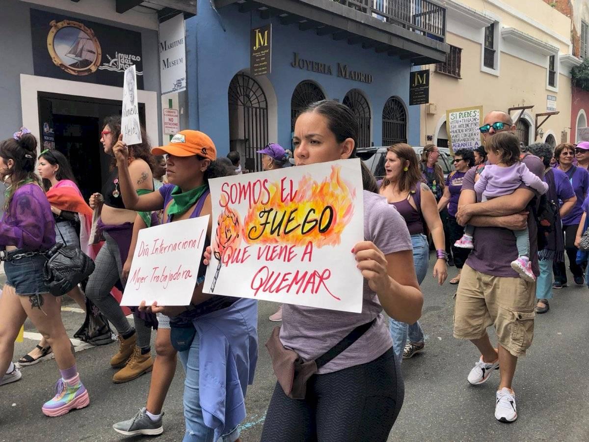 Manifestantes llegan al Viejo San Juan en el Día Internacional de la Mujer