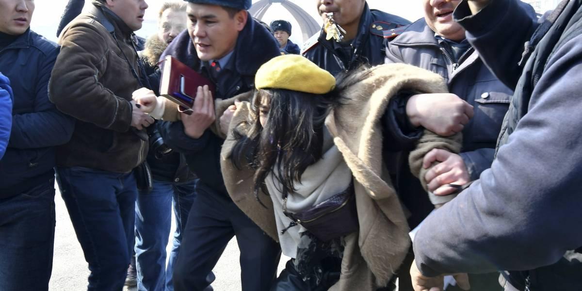 Detienen a mujeres por manifestarse contra la violencia de género en Kirguistán