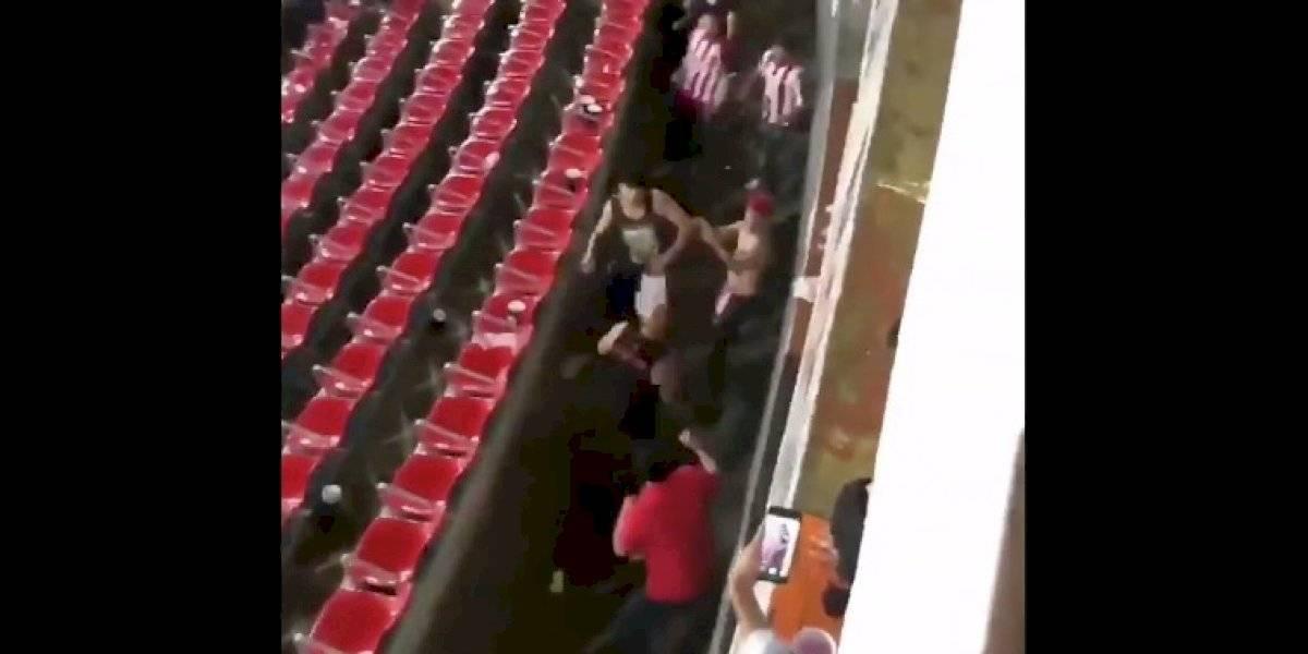 VIDEO. Sangrienta pelea se desata entre los aficionados de Chivas y Atlas
