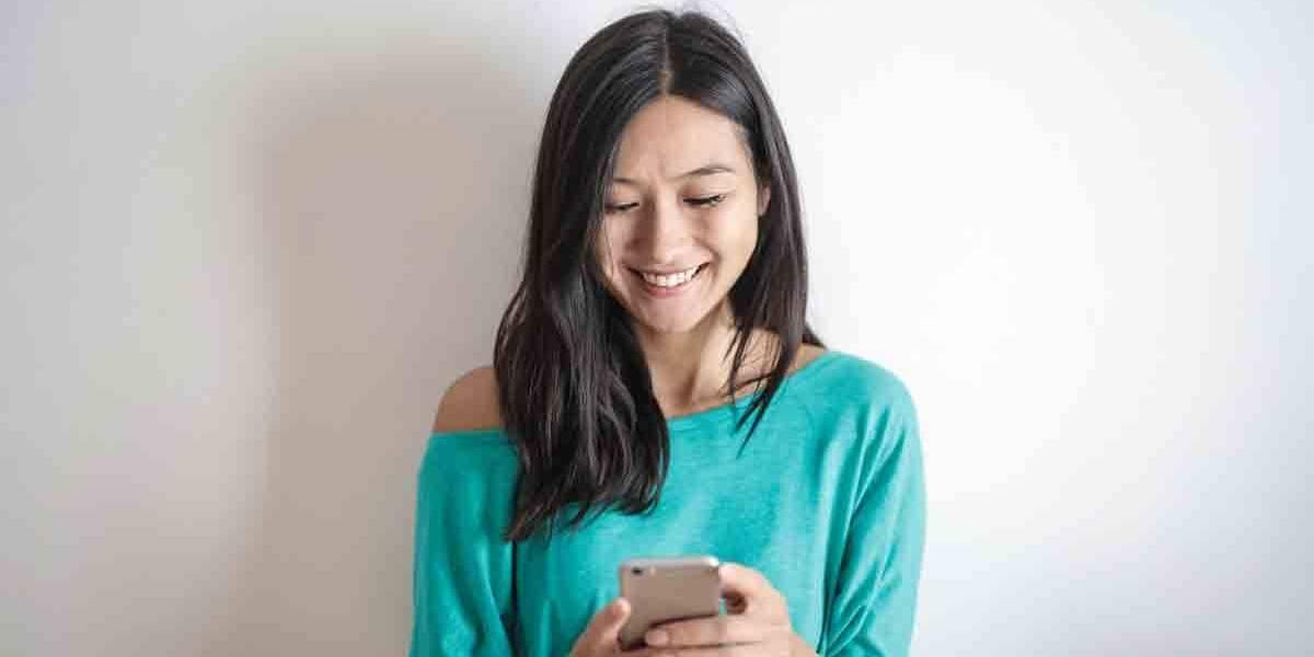 Não abaixe a cabeça para o celular! Saúde fica em risco por conta do uso exagerado do aparelho