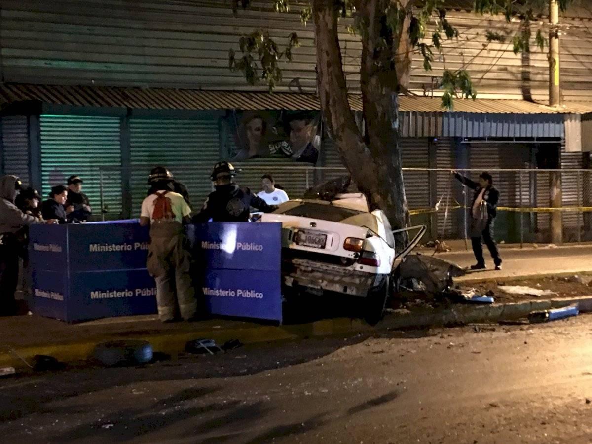Autoridades laboran en área en donde ocurrió un accidente de tránsito en el bulevar San Rafael, en la zona 18 capitalina. Foto: Jerson Ramos