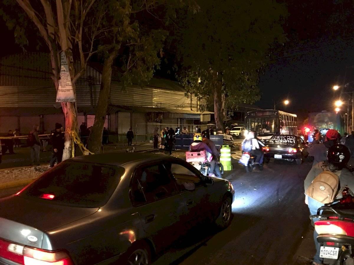 Vecinos de varias colonias de la zona 18 capitalina y conductores fueron afectados por un accidente de tránsito en el bulevar San Rafael. Foto: Jerson Ramos