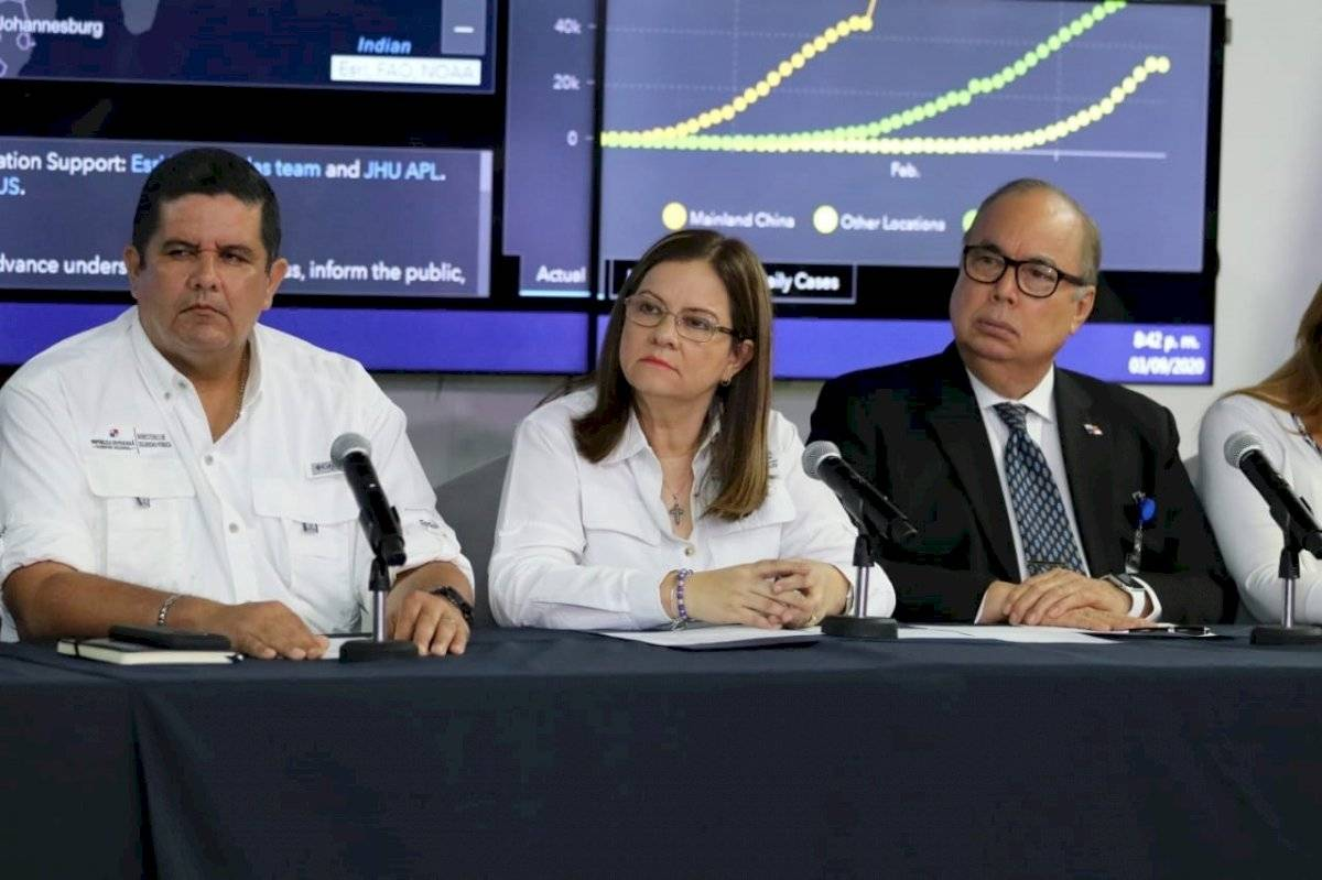 Ministra de Salud de Panamá, Rosario Turner (C), mientras participaba en una conferencia de prensa, en Ciudad de Panamá