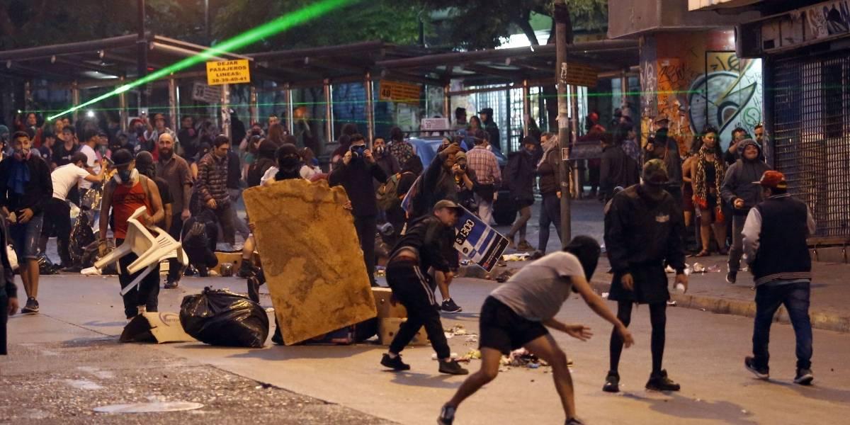 Atacan tenencia, queman dos buses y saquean locales en otra violenta noche de protestas en Santiago