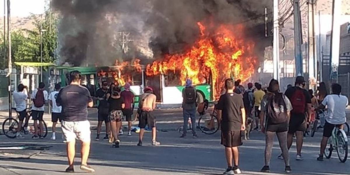 Quemaron un bus del Transantiago en Quilicura en medio de graves incidentes