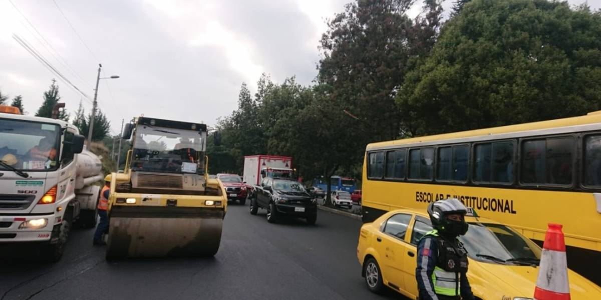 Quito: realizan trabajos de repavimentación sobre la avenida Simón Bolívar, este 10 de marzo