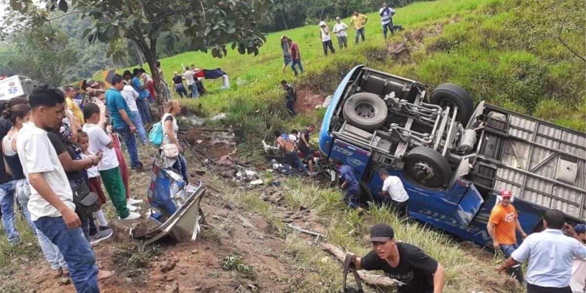 Un muerto y 17 heridos por bus que se fue a un abismo en grave accidente de tránsito