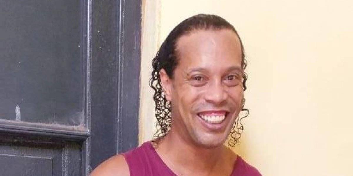 Juez decide mantener en prisión a Ronaldinho mientras hinchas le llevan pizza