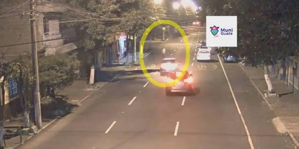 VIDEO. Peatón es atropellado en zona 12 tras no calcular velocidad de vehículos