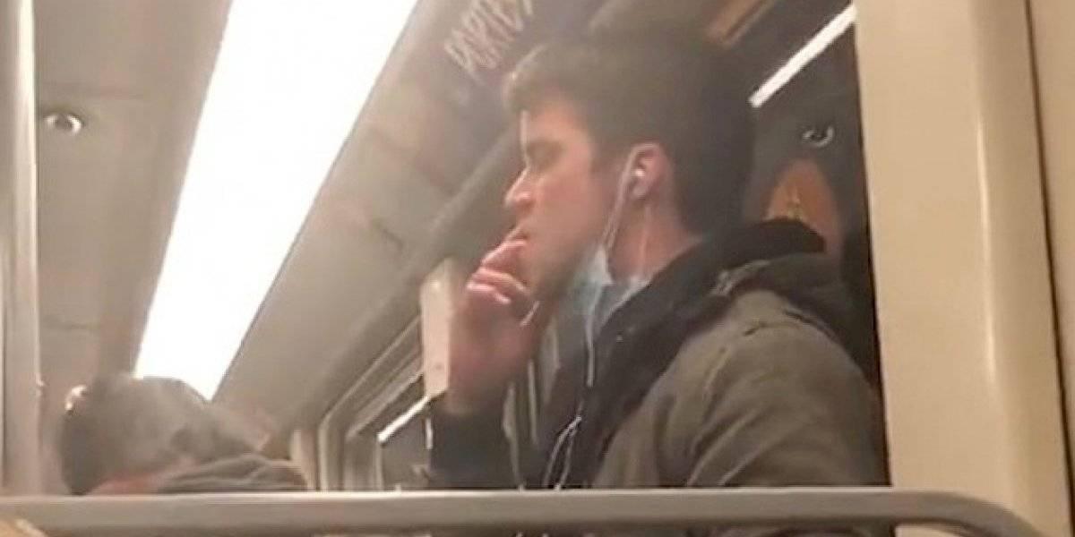 Indignó a las redes sociales: pasajero con mascarilla por coronavirus se lame las manos y las limpia en un fierro del Metro en Bélgica