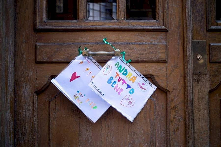 Dos dibujos hechos por niños unidos en la puerta de un edificio en Province Avenue con las palabras