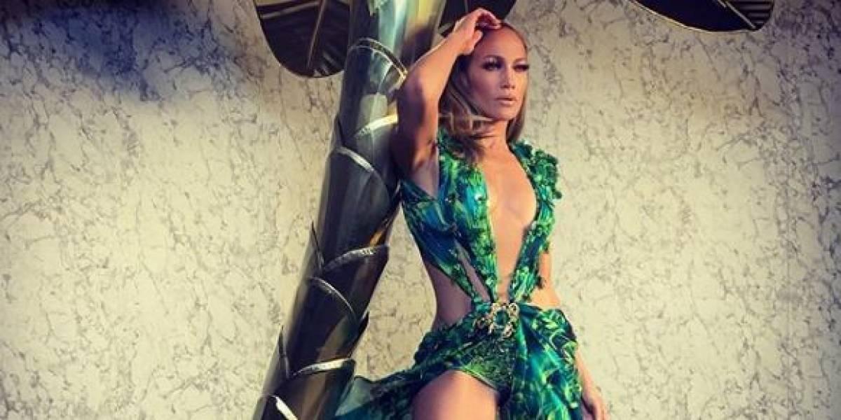 Jennifer Lopez combinó un ajustado vestido negro con una camisa primaveral viéndose regia