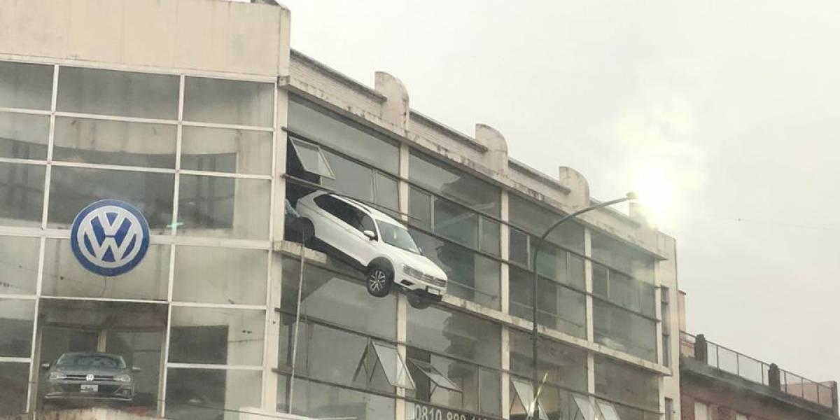 Auto quedó haciendo equilibro en el segundo piso de una concesionaria